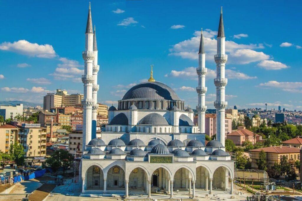 Мечеть Мелике Хатун в Анкаре с центрального входа