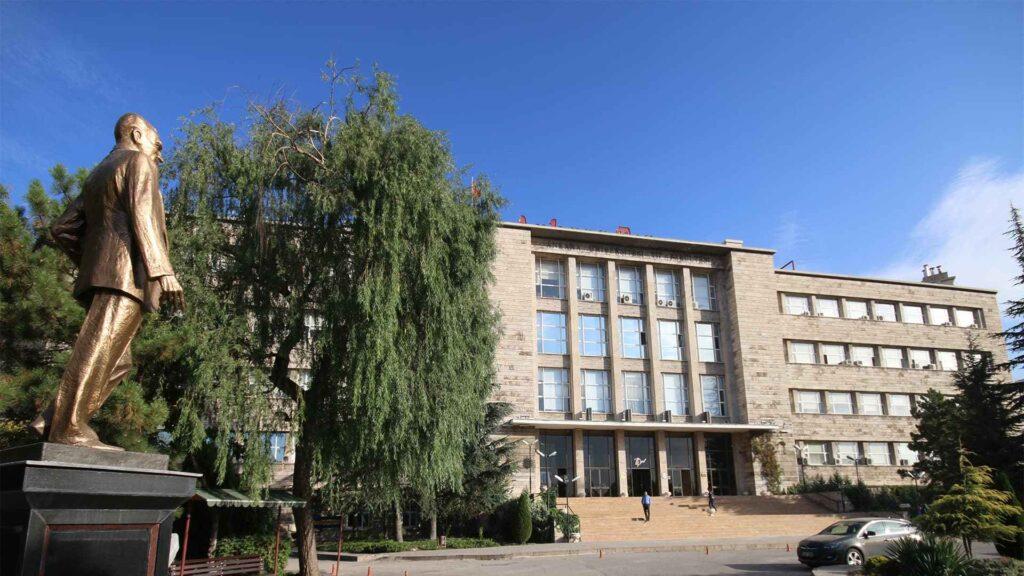 Вид на медицинский факультет Университета Анкары и памятник Ататюрку