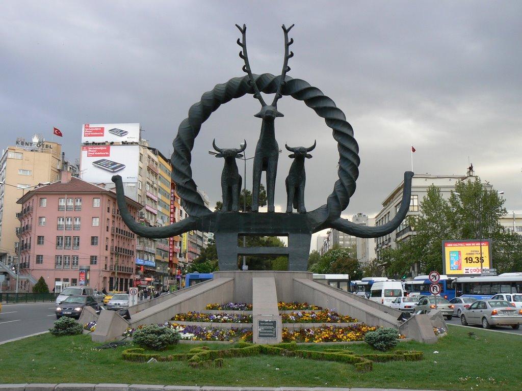 Скульптура хеттского символа солнца в Анкаре