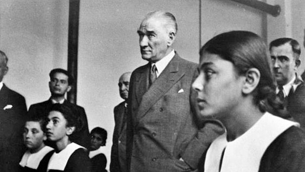 Выступление Ататюрка в школе перед учителями
