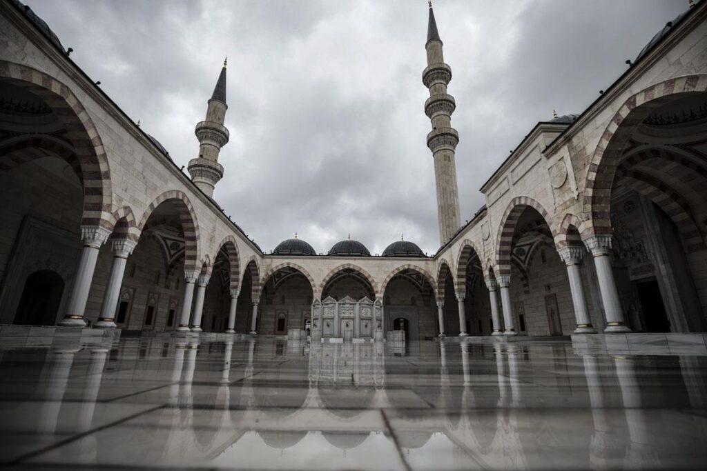 Внутренний двор мечети Северная Анкара