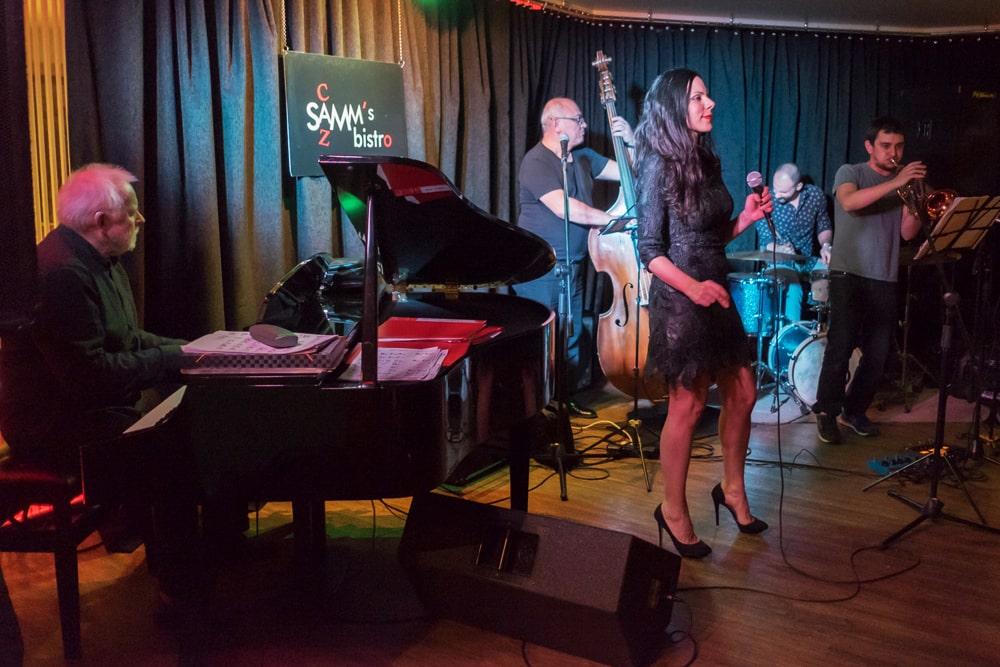 Выступление джазовой группы в баре Samm's Bistro
