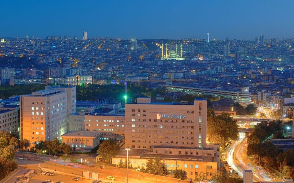 Университет Хаджеттепе ночью