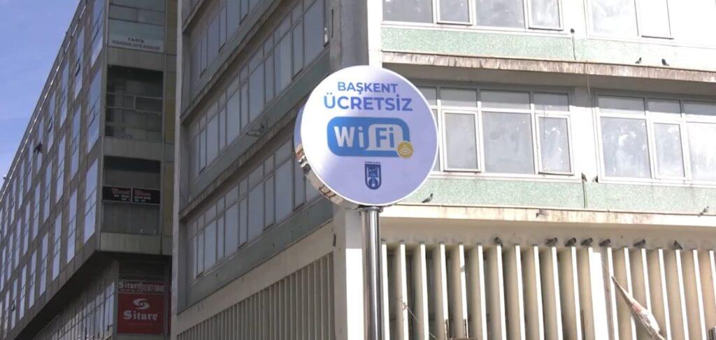 Знак «Бесплатный Wi-Fi» на площади Улус