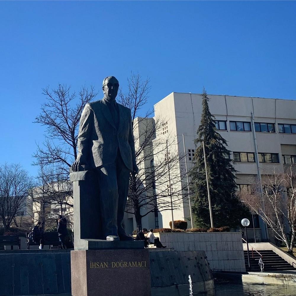 Памятник Ихсану Дограмаджи в Анкаре